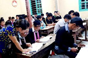 Thắp niềm tin từ những lớp học xóa mù chữ ban đêm