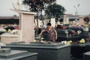 Người mẹ già 10 năm vẫn đều đặn chăm mộ con trai: 8/3 không quà không hoa, chỉ cần con bên mẹ là đủ!