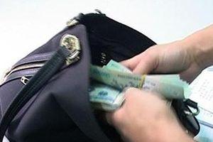 Trộm 150 triệu đồng, 2 du khách Hàn Quốc khai 'nướng' vào chiếu bạc