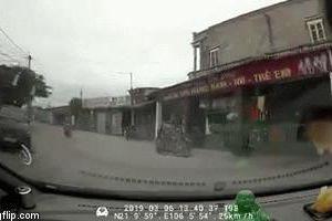 'Lao như tên bắn', thanh niên đâm trực diện vào ô tô, khung xe máy vỡ tan
