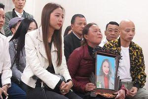 Ra tòa, mẹ cô gái bị Châu Việt Cường hại chết ôm di ảnh gào khóc đòi con