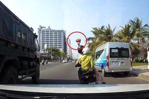Xe máy cầm gạch ném vỡ kính ôtô đang chạy trên đường