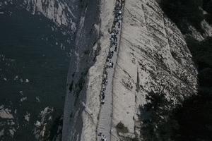 Ván gỗ 'tử thần' thách thức du khách tại hẻm núi ở Trung Quốc