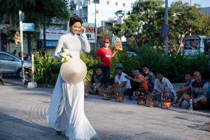 Diện áo dài ôm hoa sen trắng, H'Hen Niê 'làm khó' khán giả khi hỏi muốn chọn gì