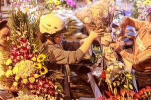Chợ hoa Quảng An tấp nập trước ngày 8/3, giá hoa tăng vọt