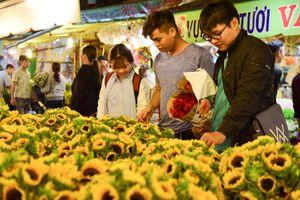 Giá hoa 8.3 tăng gấp mấy lần, chợ Hồ Thị Kỷ thức thâu đêm cùng người mua