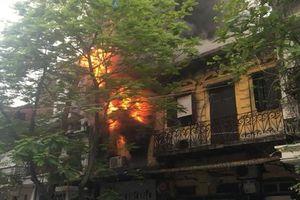 Cháy lớn cửa hàng quần áo trên phố cổ Hà Nội, cháu nhỏ may mắn thoát nạn