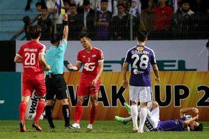 Vòng 3 V-League: Quế Ngọc Hải vào bóng lạnh người, HAGL mất oan penalty