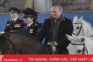 Tổng thống Putin trổ tài cưỡi ngựa trước các nữ cảnh sát Nga