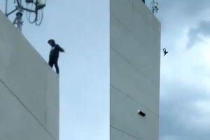 Tỏ tình thất bại, chàng trai nhảy lầu tự tử khi đám đông cầm ĐTDĐ cổ vũ