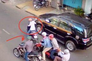 Cảnh sát hóa trang thành tài xế Grab 'tung cước' bắt nhóm đối tượng mang theo dao bầu dàn cảnh cướp túi xách