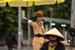 Một ngày làm việc của 'bóng hồng' cảnh sát giao thông tại Hà Nội