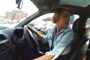 Nữ tài xế đâm đụng hàng loạt ôtô khi lái xe khỏi bãi đỗ
