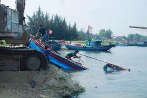 2 tàu cá ở Quảng Ngãi bị sóng đánh chìm khi đang di chuyển vào bờ