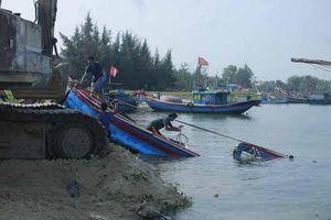 Hai tàu cá Quảng Ngãi bị sóng đánh chìm