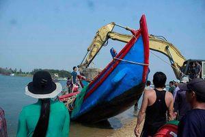 Hàng trăm người dân trục vớt 2 chiếc tàu do sóng đánh chìm