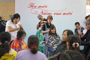 Nữ bệnh nhân được cắt tóc nghệ thuật, tặng hoa ngày Quốc tế phụ nữ