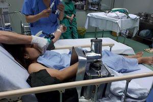 Bác sĩ, kỹ sư tháo vụn máy xay thịt cứu nữ nhân viên nấu ăn