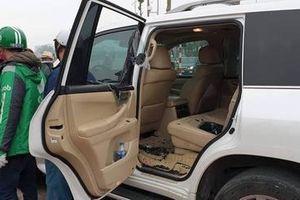 Hà Nội: Thanh niên măc đồng phục Grab đập kính xe Lexus 570 trộm đồ