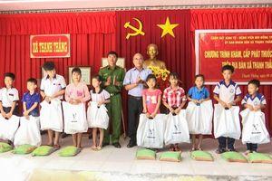 Công an TP Cần Thơ phối hợp tổ chức khám bệnh, phát thuốc miễn phí và tặng quà trẻ em