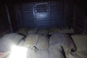 Cảnh sát Ấn Độ bắt giữ xe tải chở 1 tấn vật liệu chế tạo thuốc nổ