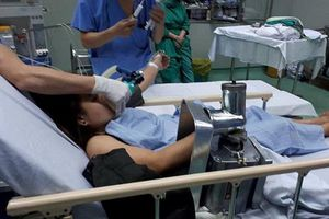 Nghệ An: Nhân viên trường học bị cuốn tay vào máy xay thịt