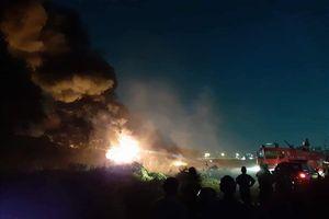 Nhà xưởng ở TP.HCM cháy dữ dội, khói lửa bốc đen kịt trời
