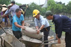 Hỗ trợ 300 triệu đồng đường cho giáo dân xứ Dũ Lộc làm đường nông thôn