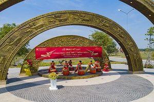 Làng sen Việt Nam - đón nhận kỷ lục cổng chào họa tiết Trống đồng lớn nhất Việt Nam