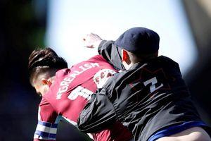 Anh: Cầu thủ bị cổ động viên quá khích 'hạ gục' ngay trên sân