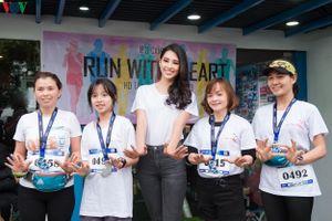 Hoa hậu Tiểu Vy khỏe khoắn chạy bộ gây quỹ từ thiện ở Hà Nội