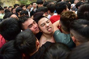 Hàng trăm trai làng tranh nhau cây bông cầu may tại Hà Nội