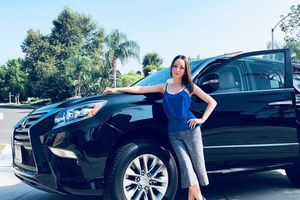 Linh Nga khoe vóc dáng bên xe sang ở Mỹ
