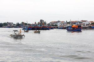 Quảng Ngãi: Nhiều tàu thuyền bị chìm vì sóng lớn