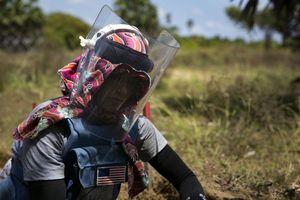Những cô gái rà phá bom mìn ở Sri Lanka