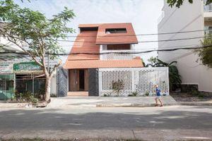 Kỳ lạ nhà ba tầng ở Sài Gòn chỉ nhìn thấy mái