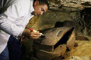 Suýt ngất top 'báu vật' được phát hiện bất ngờ trong nghĩa địa