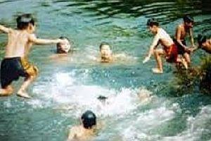 Rủ nhau tắm trong ao làng, 3 em nhỏ đuối nước