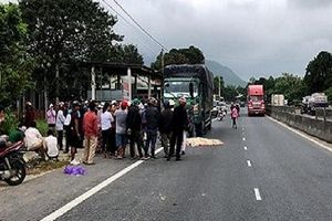 Vừa bước xuống xe tải, tài xế bị xe khách tông tử vong