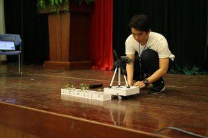 Nam sinh lớp 11 chế tạo rôbot phụ việc nhà nông