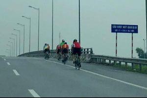 Nguy hiểm đoàn đua xe đạp vào cao tốc