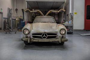 Độc đáo mẫu Mercedes 300SL Gullwing 'Barn Find' 50 năm tuổi