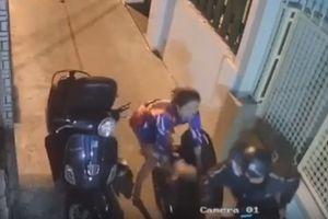 Tên cướp đạp ngã cô gái, điên cuồng chống trả cảnh sát khi bị truy đuổi