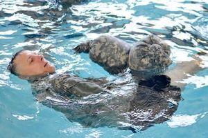 Chàng trai sống sót hàng giờ trên biển nhờ mẹo nhỏ của quân đội