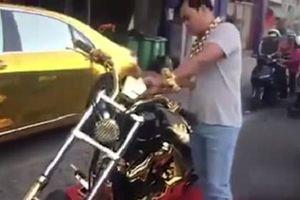 Đại gia đeo 13kg vàng lại khoe của trên phố gây sốt