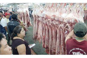 Xuyên đêm kiểm tra giết mổ, mua bán thịt heo