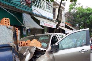 Tai nạn hi hữu, dừng xe sát đường vẫn bị ô tô húc văng