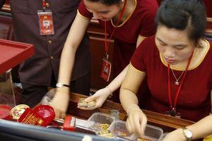 Giá vàng hôm nay 13/3: Đồng USD rơi tự do, giá vàng tăng phi mã