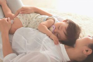 Cho trẻ ngủ trên ngực cha mẹ có an toàn không?