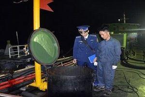 Bắt giữ tàu vận chuyển 30.000 lít dầu DO không giấy tờ